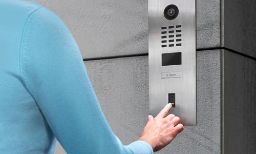 Portier vidéo IP wifi multi-utilisateurs - 1 sonnette - Doorbird D2101FV Inox